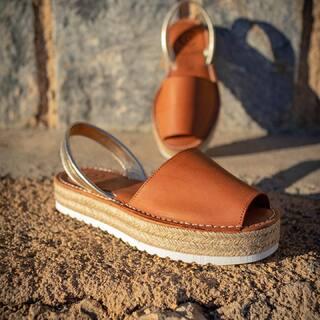 Hola febrero ♥️  📸 @eliasmrtnez   #avarcasshoes #menorquinas #abarcas #abarcashoes #febrero #madeinspain #hechoenespaña #shoes #sandalias #women #womenstyle