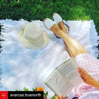 Un nuevo destino para nuestras menorquinas, desde Canadá con @avarcas.truenorth  We love Avarcas and we love picnics! Let's go outside and enjoy this weekend ❤  www.avarcastruenorth.ca  #avarcastruenorth #avarcasandals #sandals #shoes #summershoes #summervibes #shoesoftheday #picnic #picnicinthepark #shoplocalcanada #canadianmom #hamiltonbusiness #slowfashion #torontolife #latinosencanada #wearwhatyoulove #bookstagram #canadianblogger #shophamilton #shoplocalgta #weekend #friday