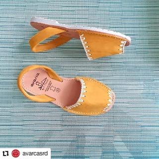 Desde @avarcasrd • • • • • • 💛💛 . #sandaliasplanas #pieldecalidad #modamujer #calzadoartesanal