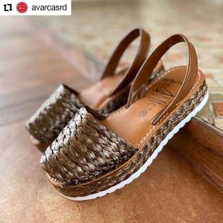 Desde @avarcasrd • • • • • • Nueva colección 🤎🤎 . #nuevacoleccion #calzados #rafia #avarcas #avarcasrd #avarcamenorquina