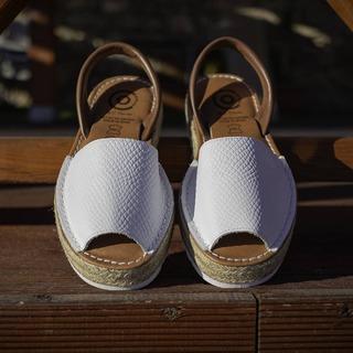 Unas de nuestras preferidas 😍 y las vuestras?  #menorquina #avarca #abarcashoes #hechoenespaña